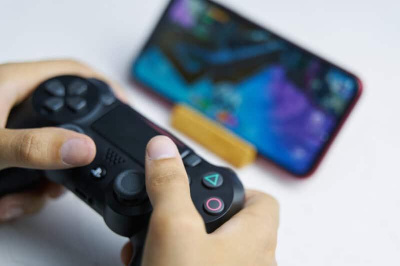 Jogando no Apple Arcade (iPhone) com um controle de PS4