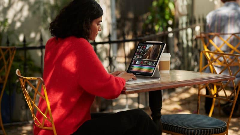 Mulher trabalhando em iPad Pro com conectividade 5G ao ar livre