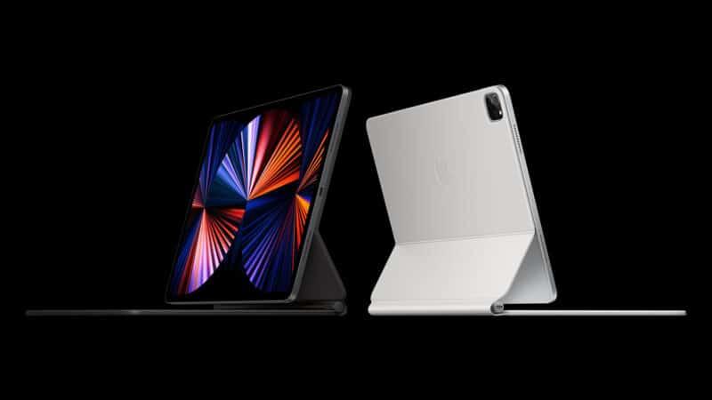 iPads Pro com Magic Keyboard sobre um fundo preto