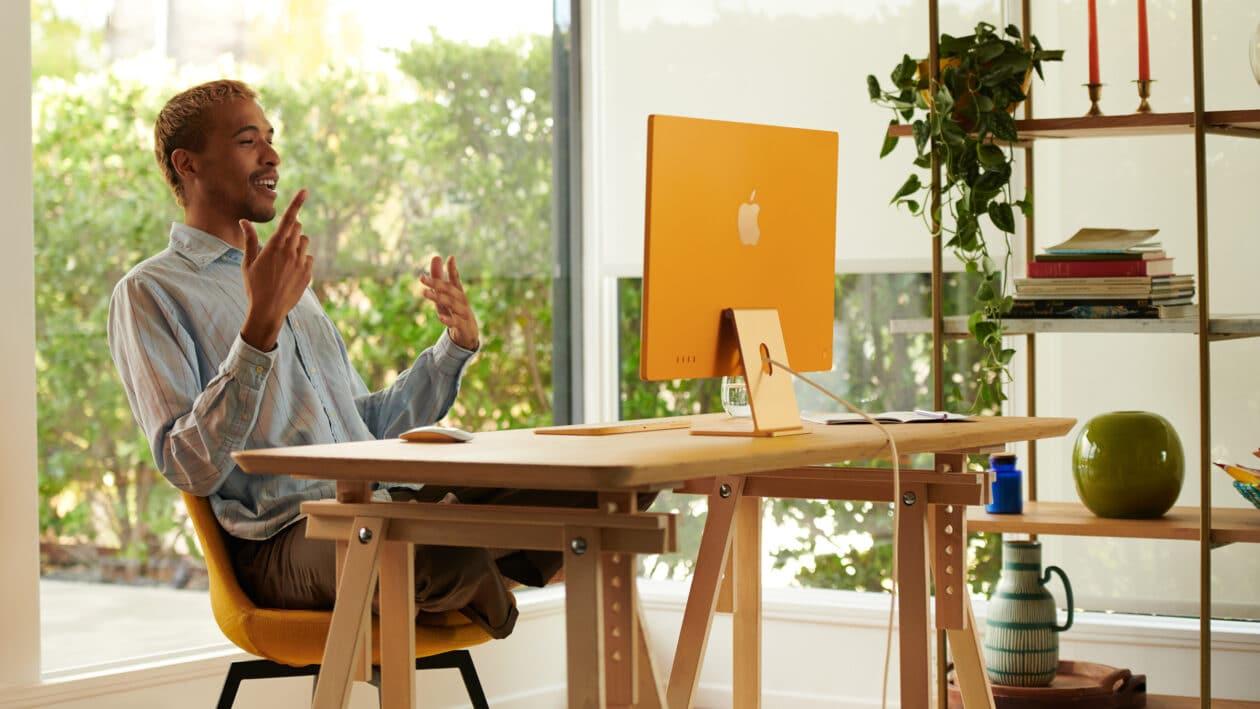 Homem em vídeo-chamada pelo novo iMac M1 amarelo