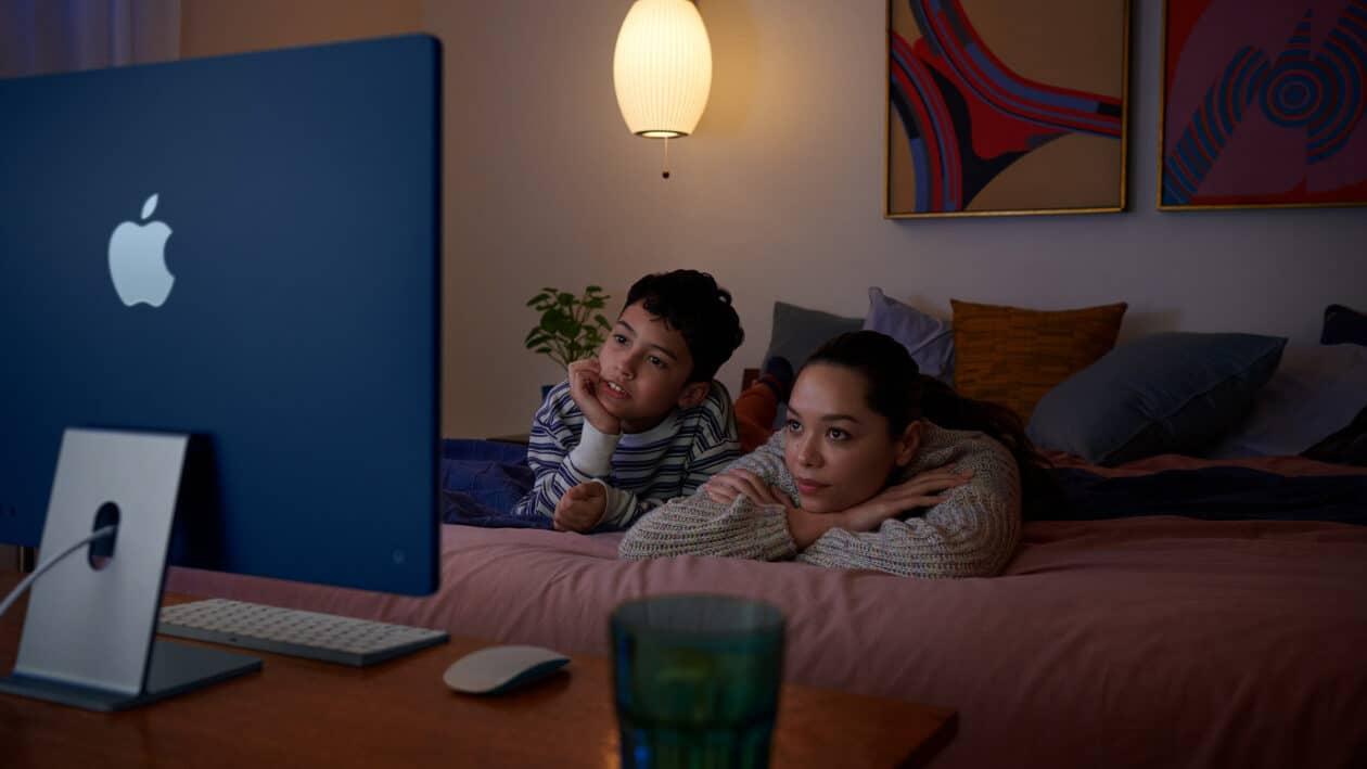 Crianças assistindo a algo no iMac M1 de 24 polegadas