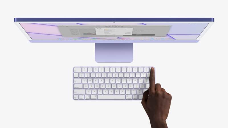 Mão tocando no Touch ID do Magic Keyboard do novo iMac M1 colorido
