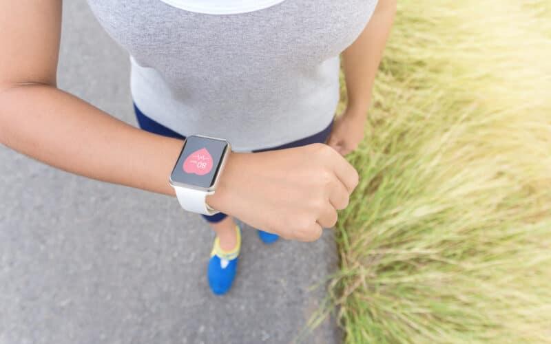 Mulher com Apple Watch e ícone de coração