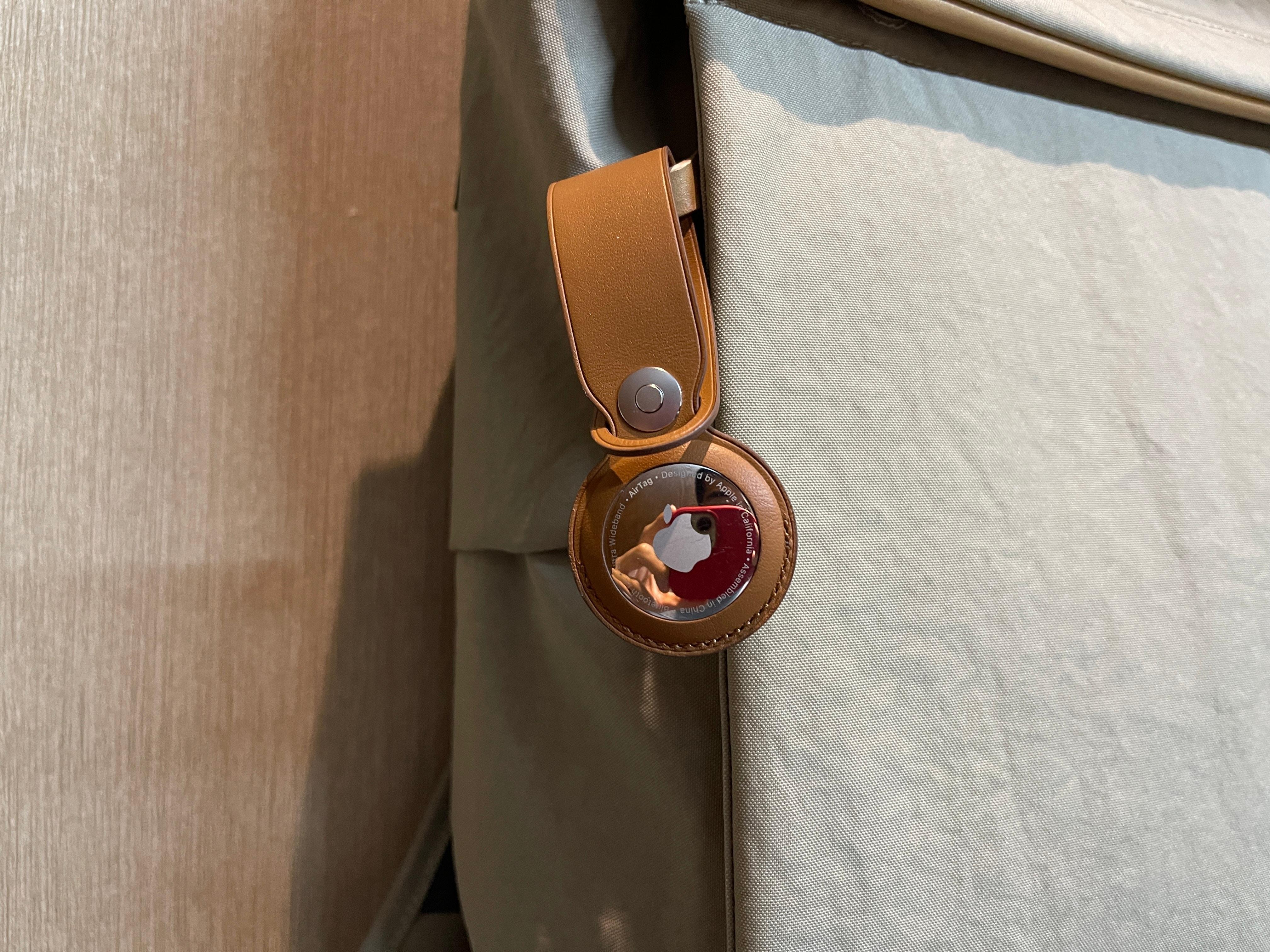 Apple AirTag em mala/sacola com acessório
