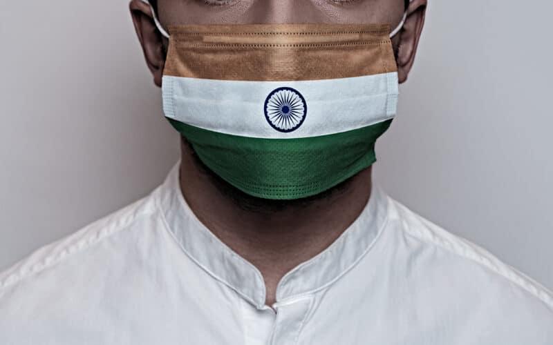 Indiano usando máscara