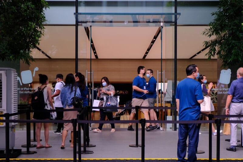 Pessoas de máscara em Apple Store da Singapura