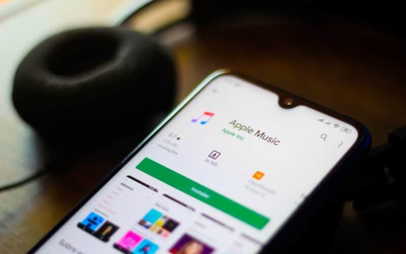 Apple Music para Android com fone de ouvido ao fundo