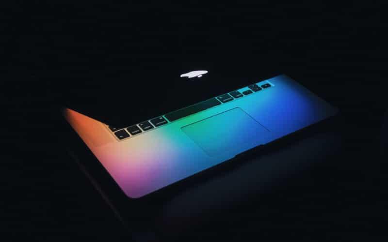 MacBook Pro com wallpaper colorido e a tampa quase fechada