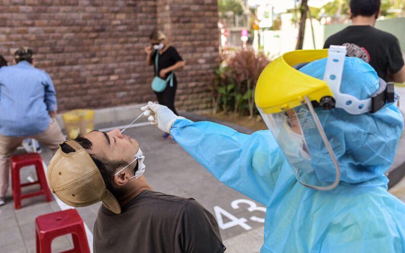 Pessoa sendo testada para a COVID-19 no Vietnã