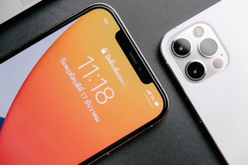 iPhone 12 Pro [Max] com 5G indicado em close