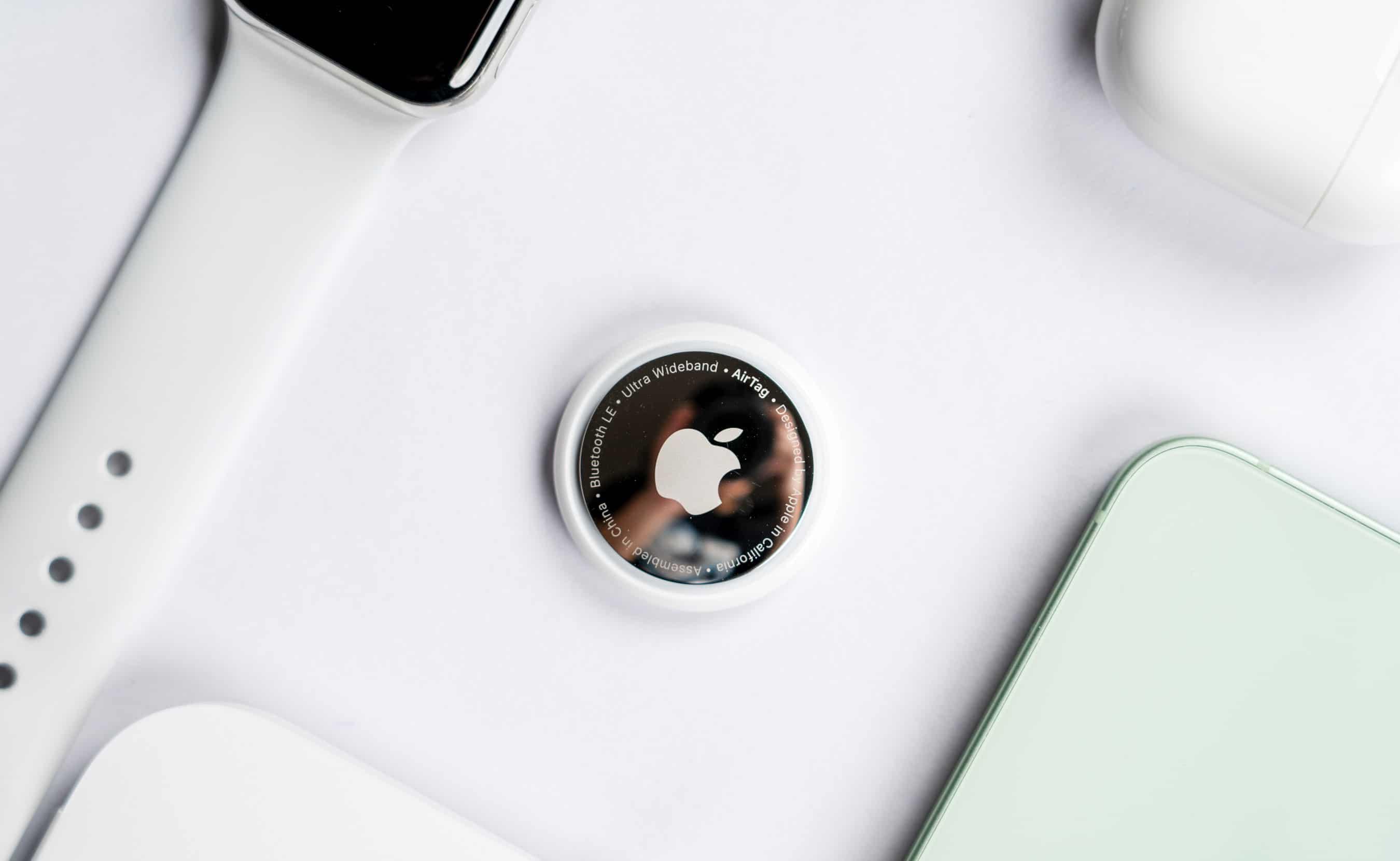 AirTag no centro ao lado de Apple Watch, iPhone 12 e AirPods Pro