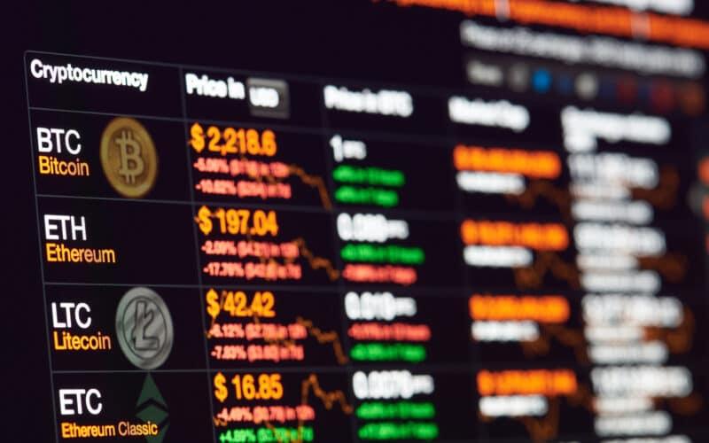 Painel com cotações de criptomoedas como Bitcoin