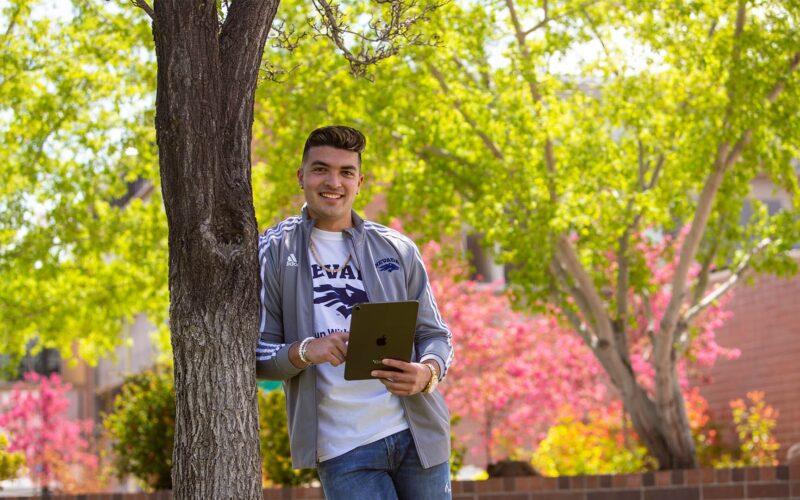 Aluno da Universidade de Nevada com iPad