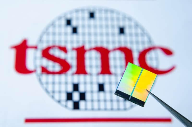 Close-up de chip com logotipo da TSMC ao fundo