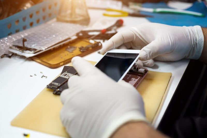 iPhone sendo reparado em assistência técnica
