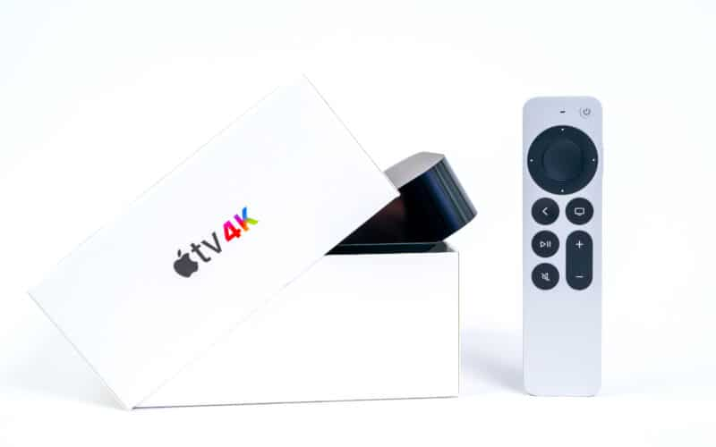 Nova Apple TV 4K na caixa com novo Siri Remote sob fundo branco