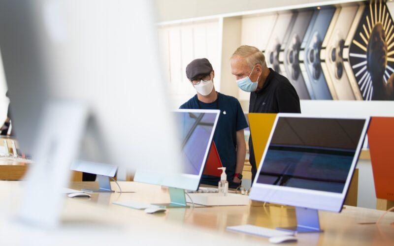 Pessoas usando máscara dentro de uma Apple Store