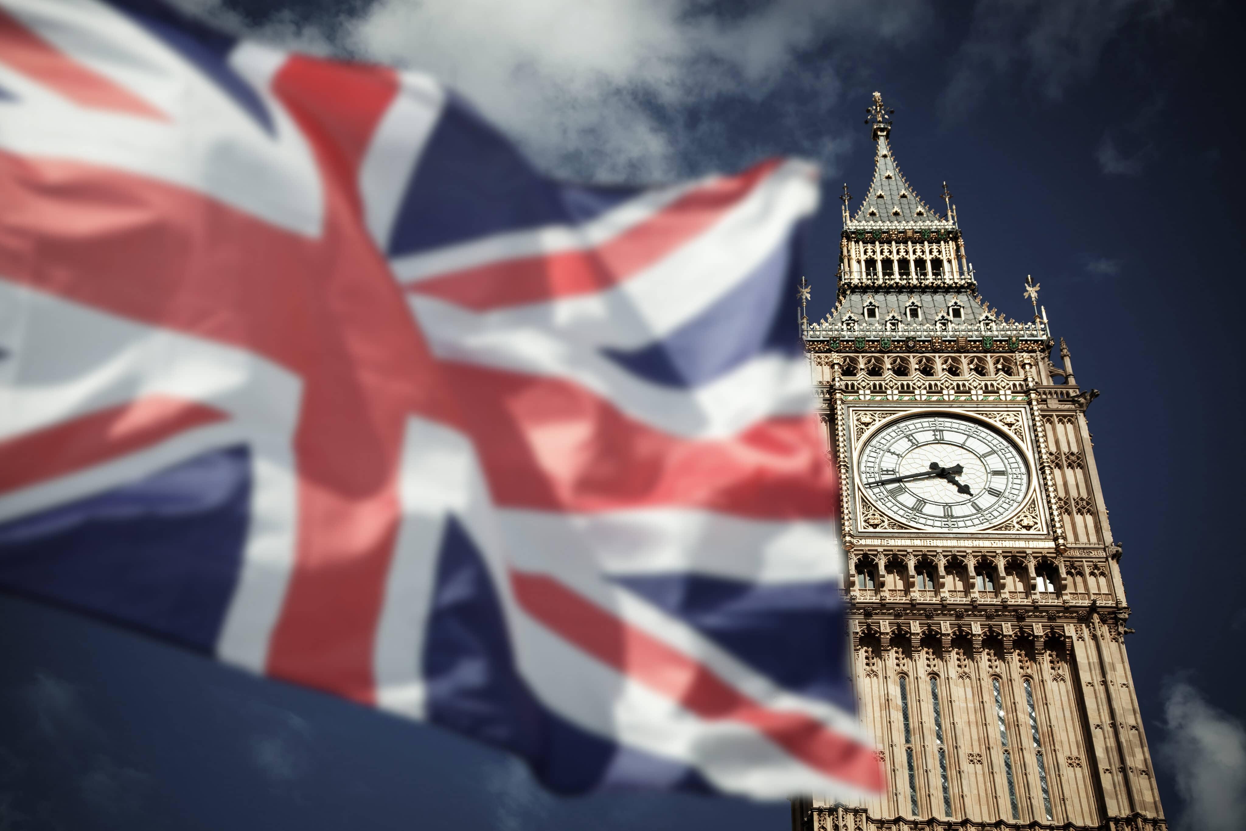 Bandeira do Reino Unido com Big Ben ao lado