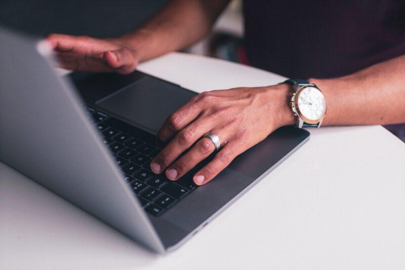 Homem usando um MacBook Pro
