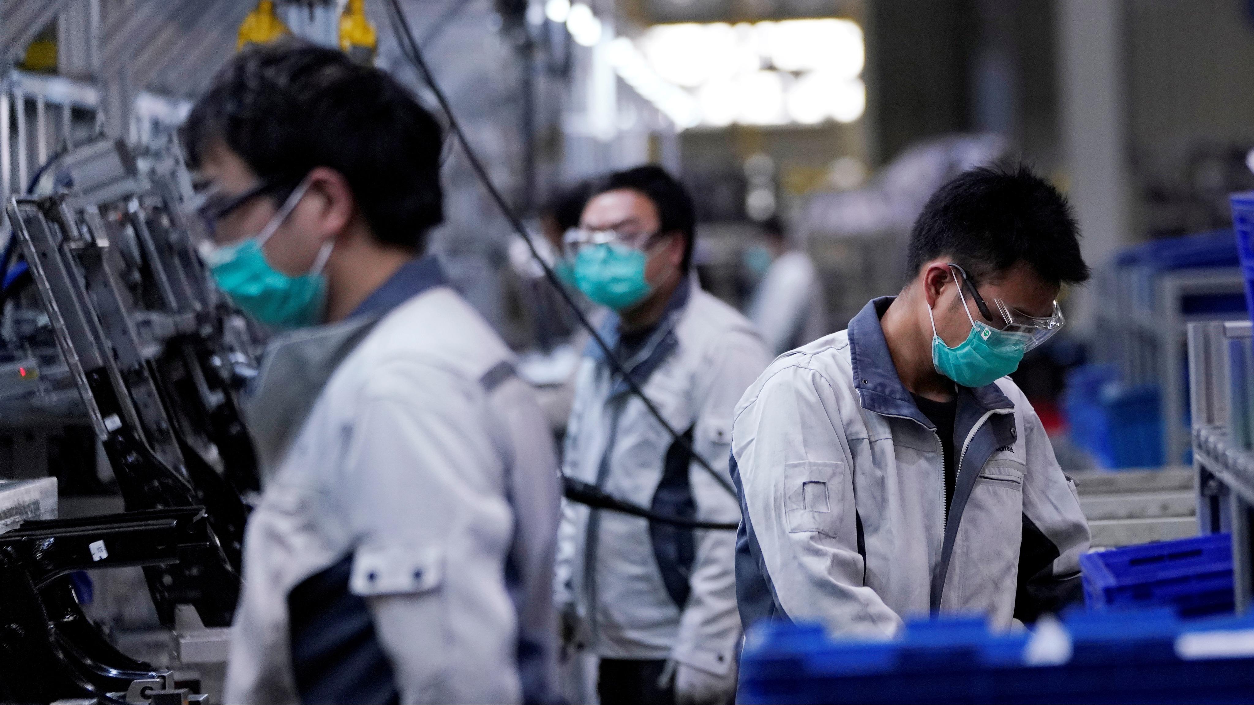 Trabalhadores numa fábrica