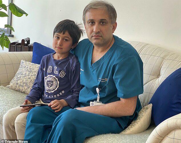 Muhammad Mutaza e seu filho Ashaz, que gastou R$9 mil em jogo na App Store