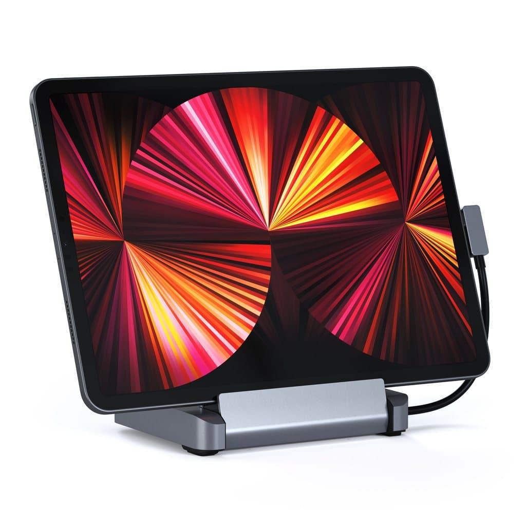 Visão frontal do novo Stand/Hub da Satechi conectado a um iPad Pro