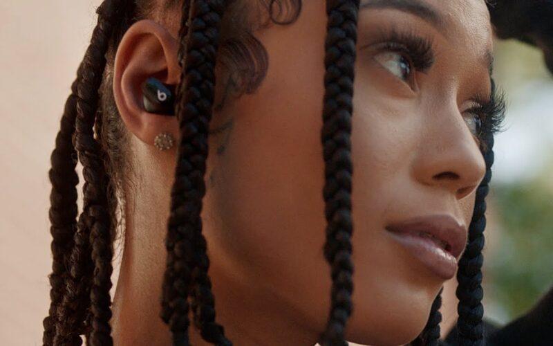 Comercial dos Beats Studio Buds com Coi Leray