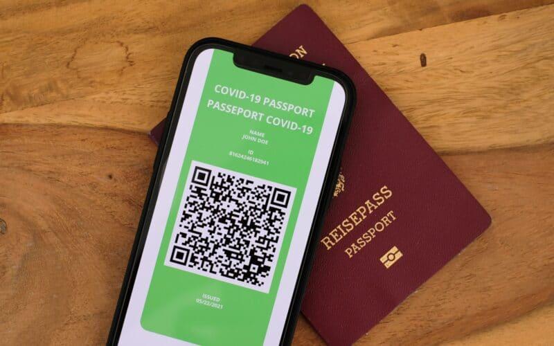 Passaporte europeu e iPhone com certificado digital