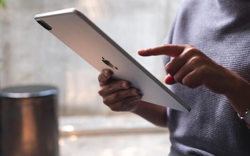 Mulher usando iPad