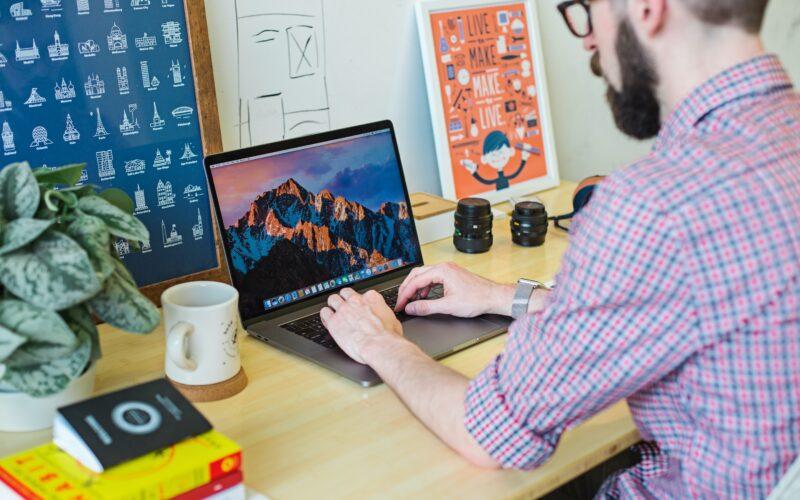 Homem trabalhando no Mac
