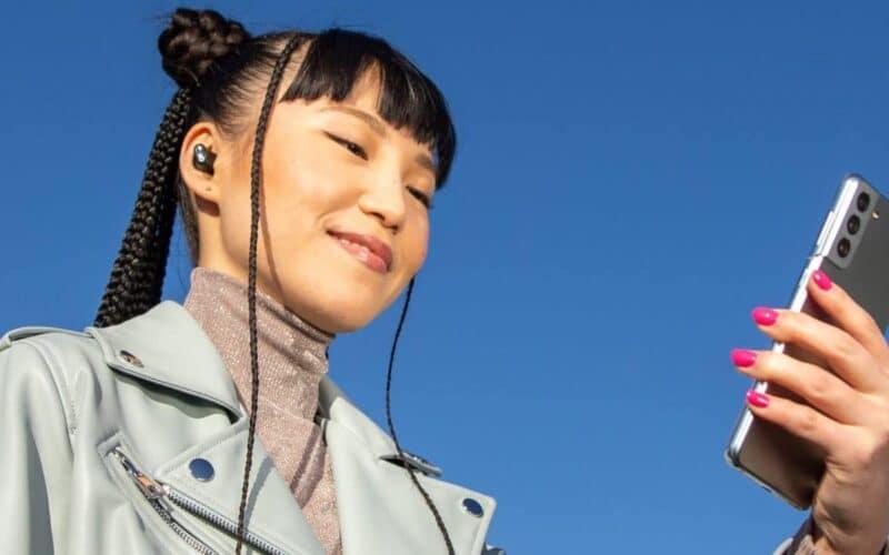 Imagem de divulgação dos Beats Studio Buds com um Galaxy S21