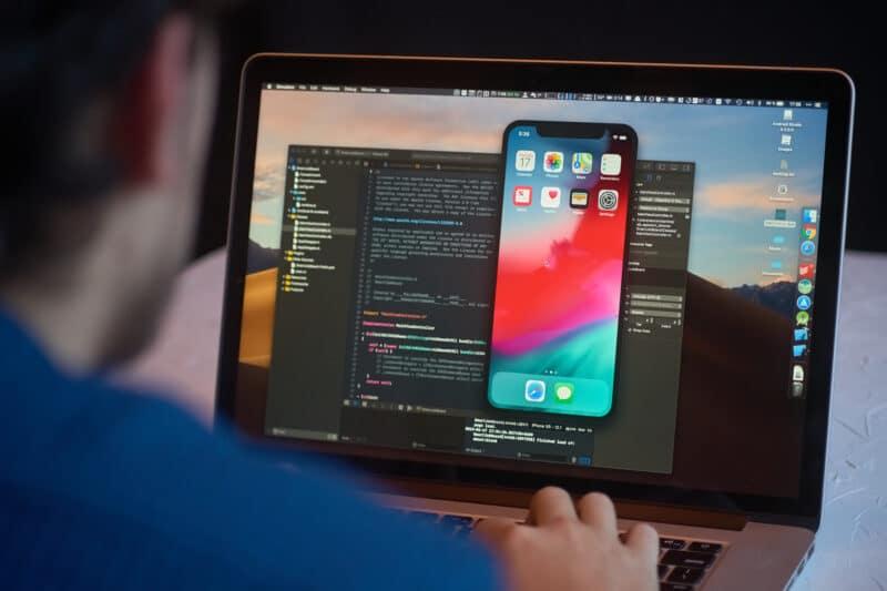 Desenvolvedor trabalhando no Xcode em Mac