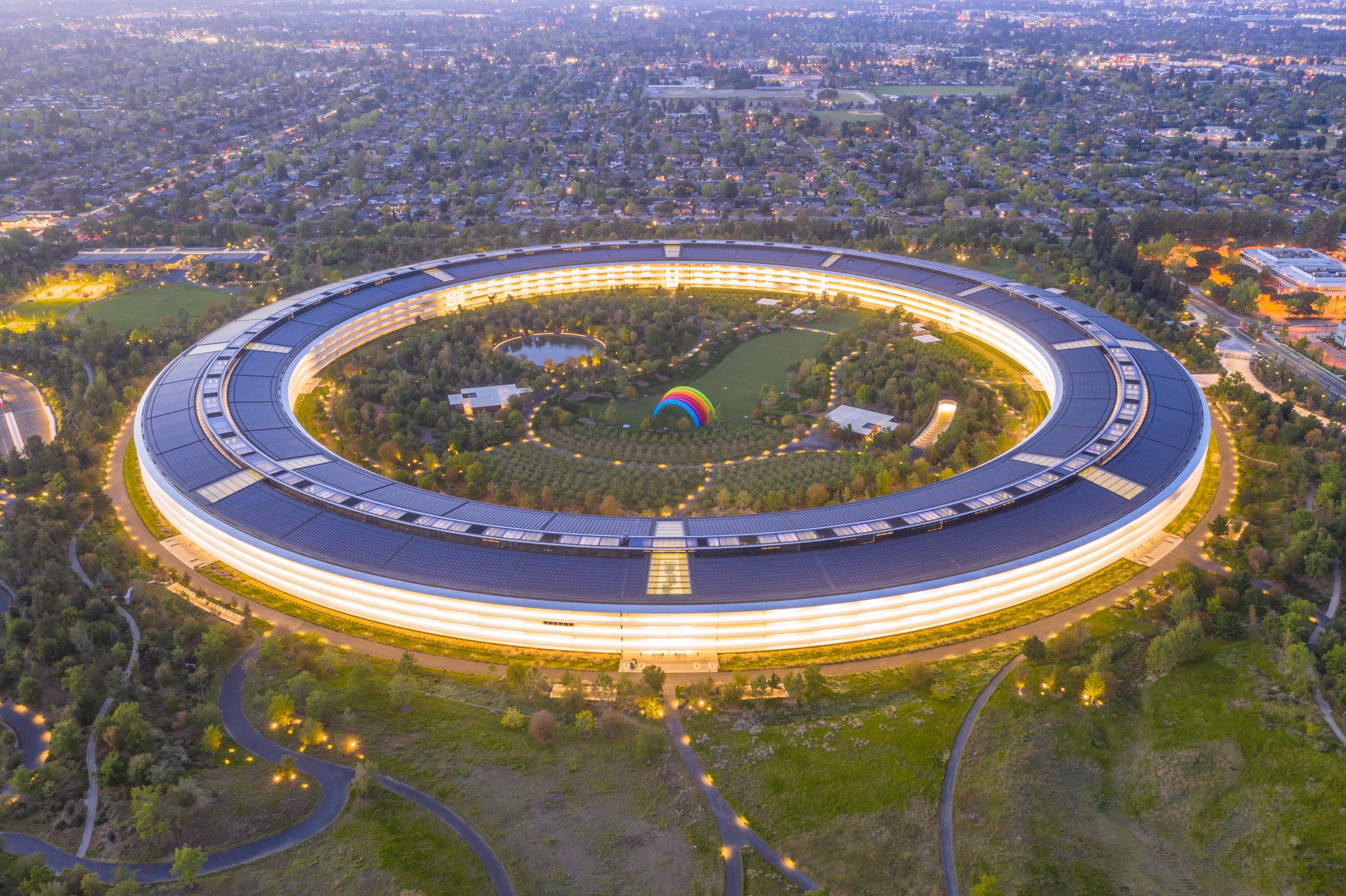 Apple Park em Cupertino visto de cima, à noite