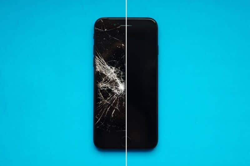iPhone com a tela dividida, metade quebrada e metade normal