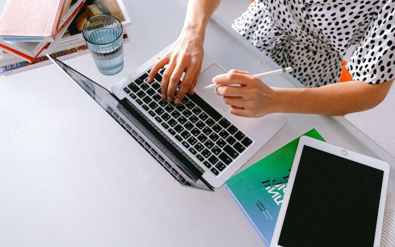 Pessoa usando um Mac e um iPad