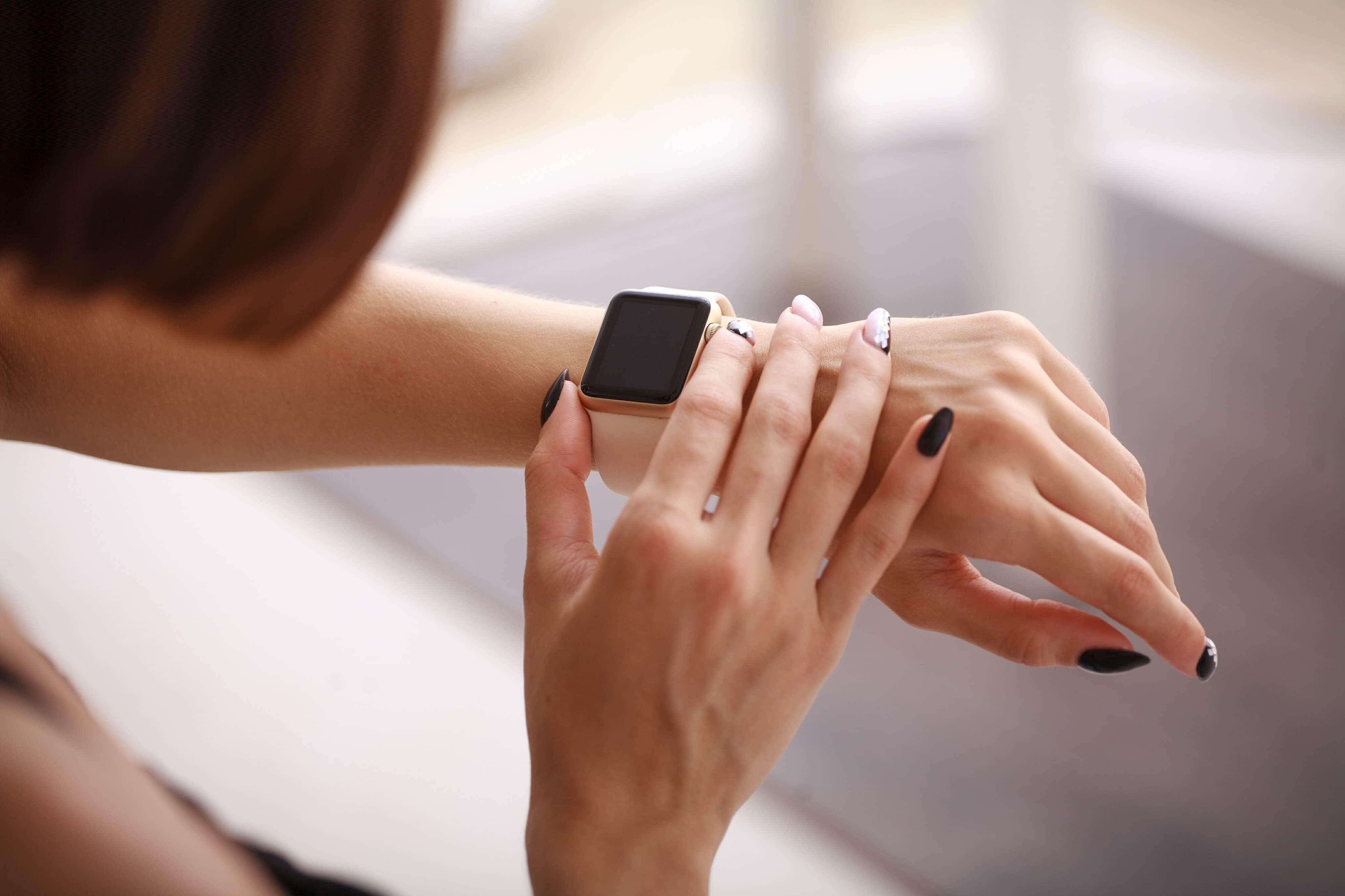 Mulher usando o Apple Watch