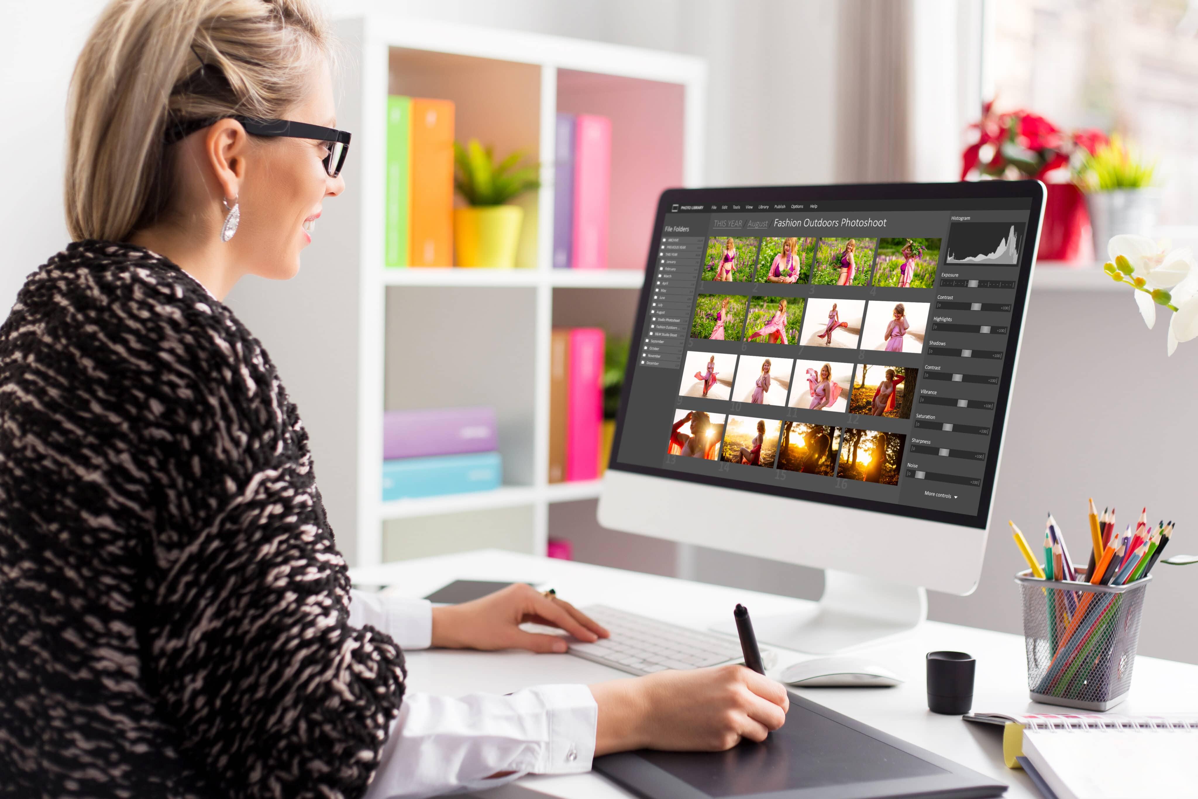 Mulher editando fotos em um iMac