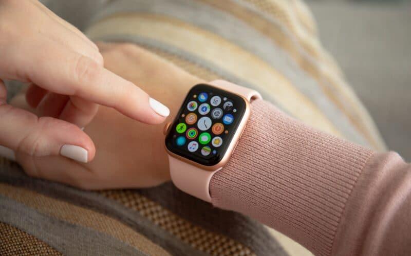 Apple Watch sendo usado no braço direito