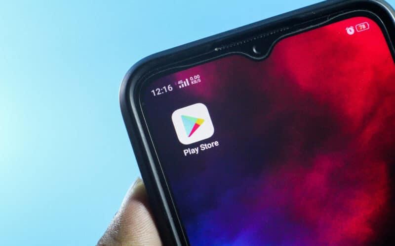 Android com o ícone da Google Play Store
