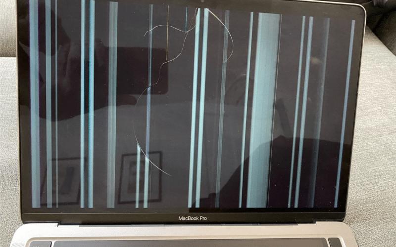 MacBook Pro com a tela rachada