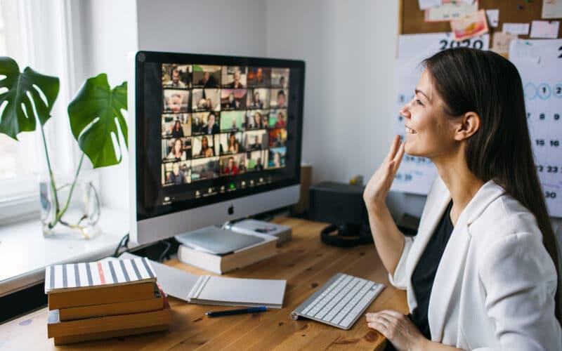 Mulher fazendo uma videoconferência no Zoom pelo iMac