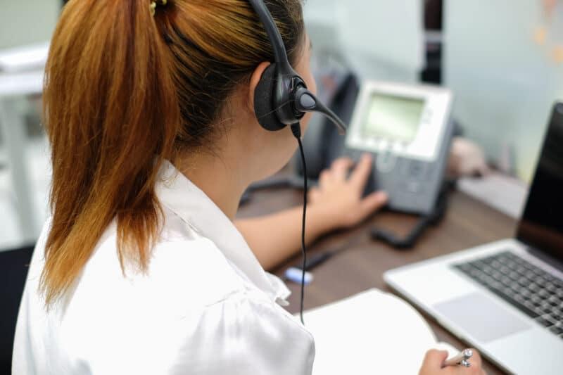 Mulher em um call center