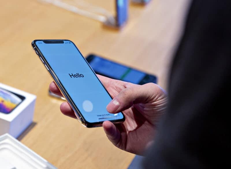 Pessoa usando o iPhone XS