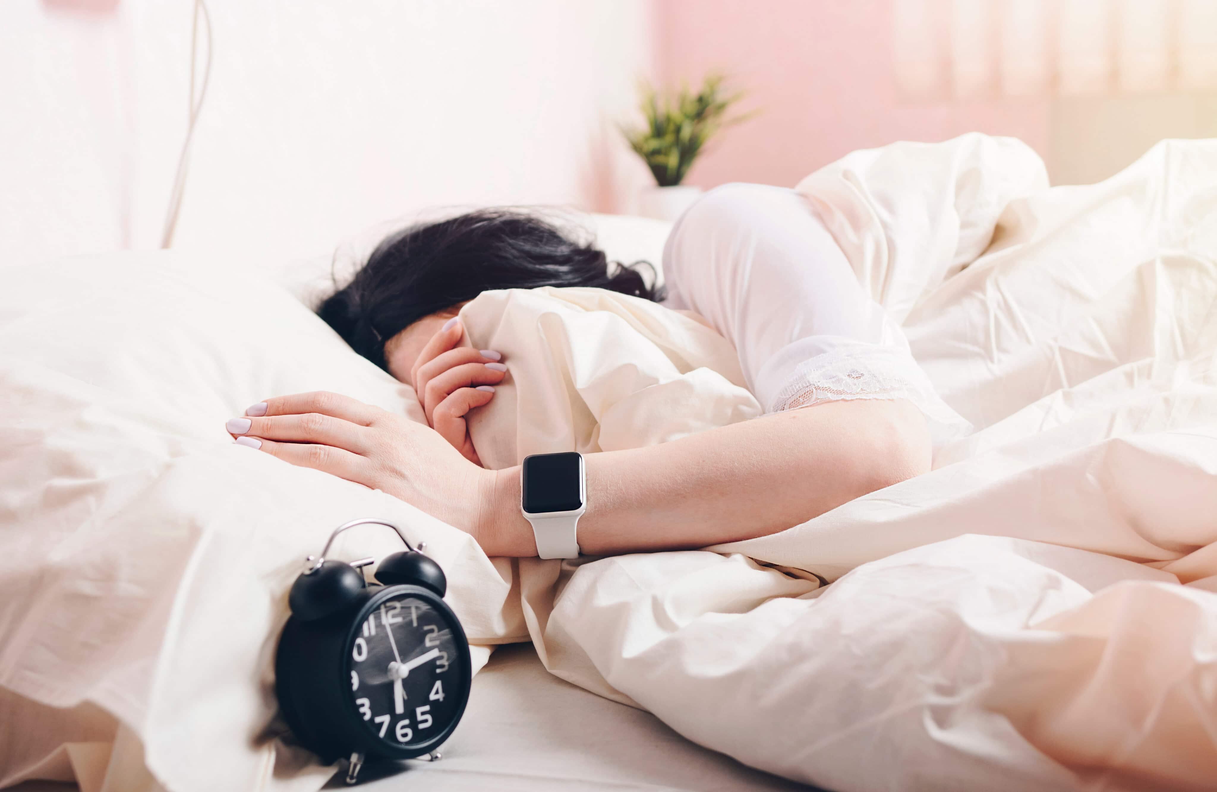 Mulher dormindo com um Apple Watch