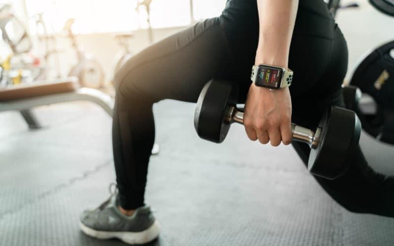 Pessoa fazendo exercício com o Apple Watch