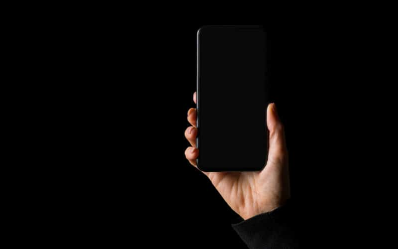 iPhone com tela preta e fundo preto