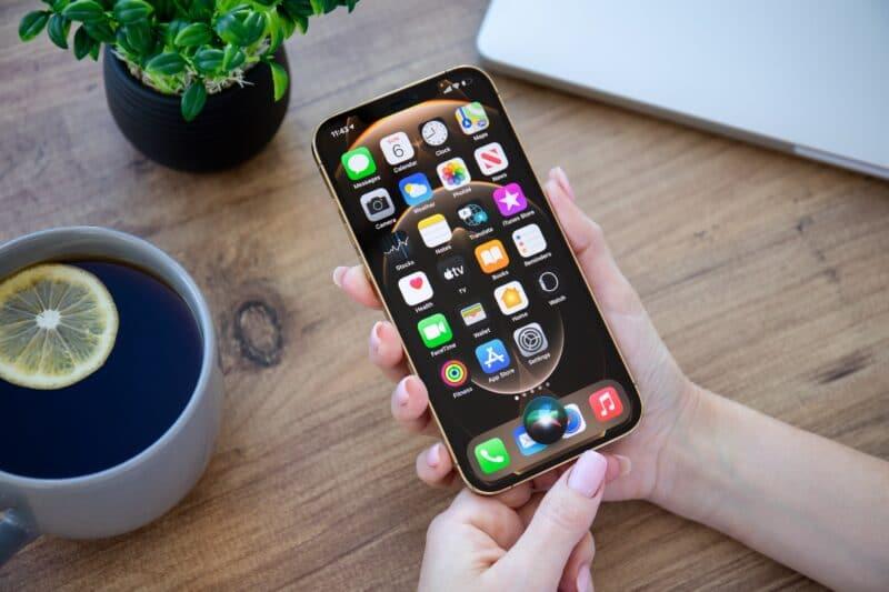 iPhone com a Siri sendo acionada