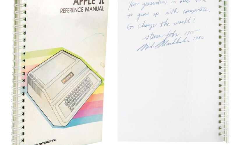 Manual de Apple II assinado por Steve Jobs e leiloado