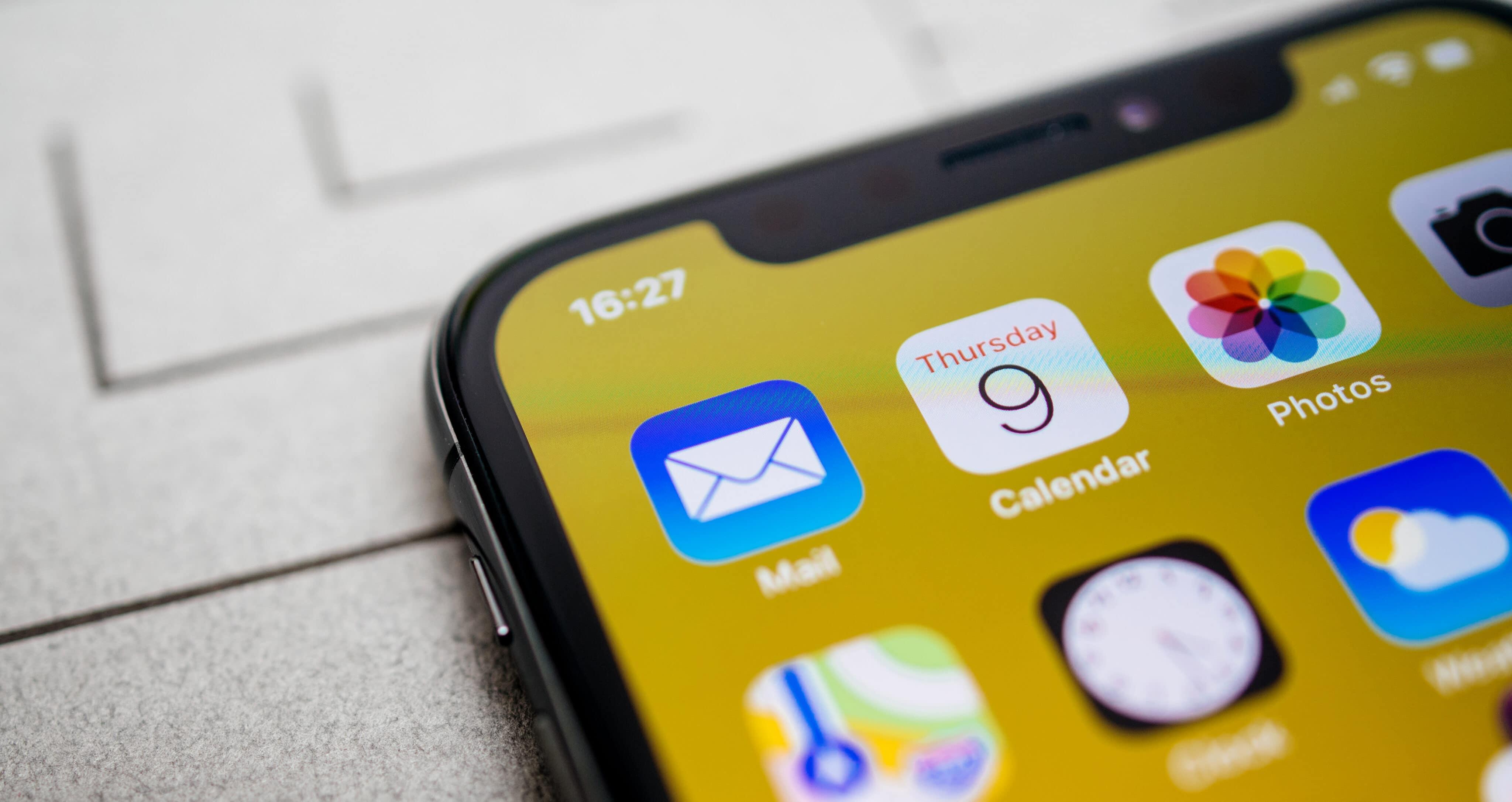 Ícones de apps da Apple no iPhone (Mail, Calendário, Fotos, Mapas, Relógio e Tempo)