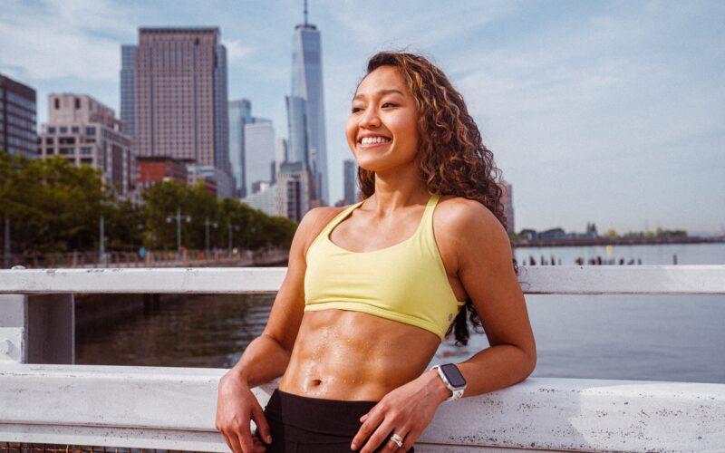 Mulher usando Apple Watch que acabou de fazer exercícios